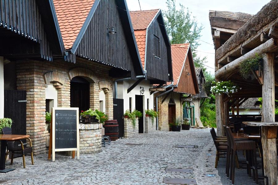 Zmajevac, een straatje met uitgehouwen wijnkelders (gators) in de rotsen