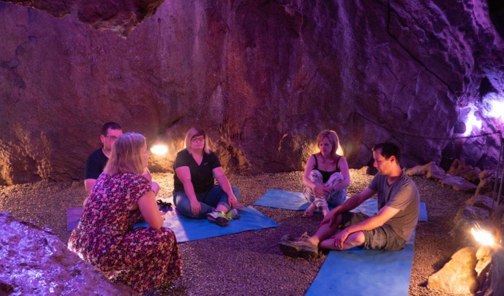 Idée de ressourcement : Séance de sophrologie dans les grottes de Neptune à Couvin