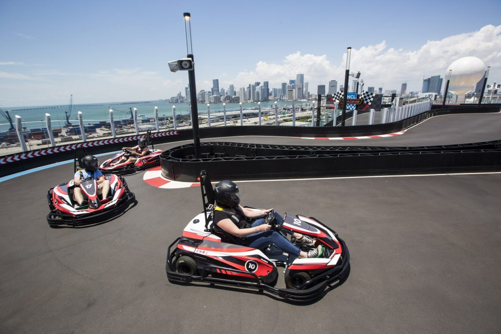 Vidéo : une piste de karting à deux étages sur un bateau de croisière