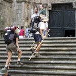 Des pèlerins arrivant à la cathédrale de Saint-Jaques-de-Compostelle