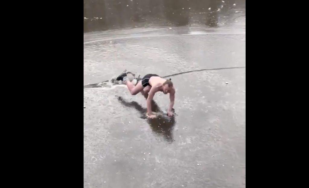 Vidéo : Il patine en slip sur un canal et… manque d'y rester !
