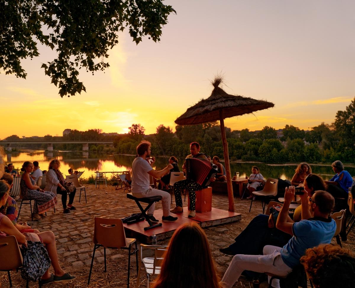 Concert le soir à la Paillote, guinguette sur les bords de Loire à Orléans