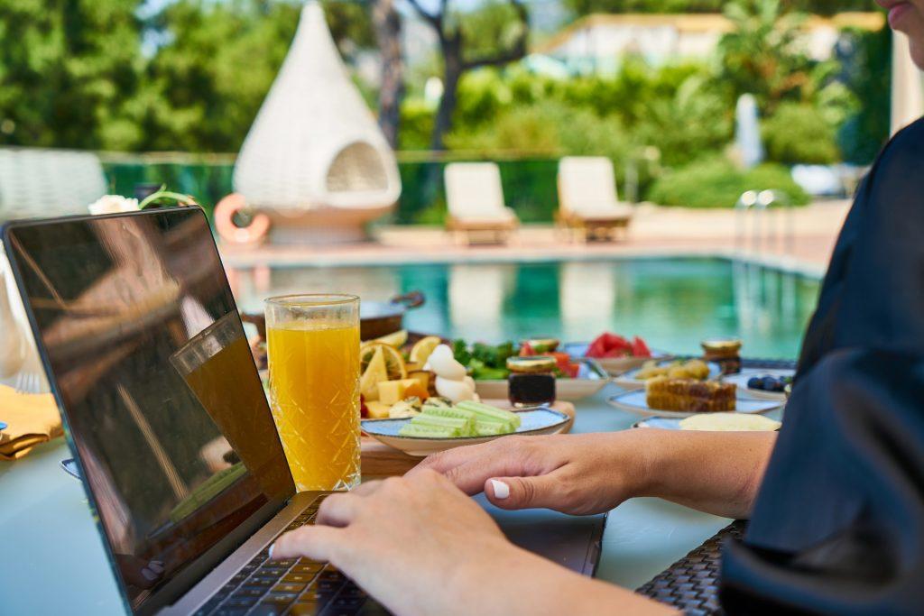 Travailler depuis une maison de vacances à l'étranger, le bon plan ?